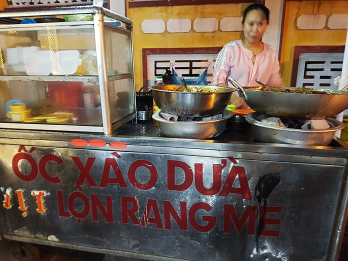 Quán ốc xào dừa khổng lồ ở Phan Rí