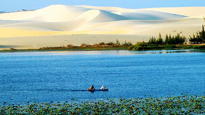 Đồi cát trắng và hồ nước xanh