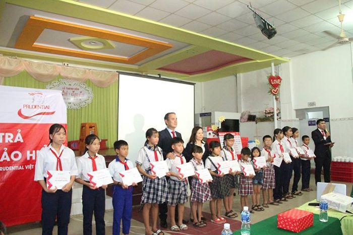 Prudential trao 30 phần quà cho trẻ em nghèo