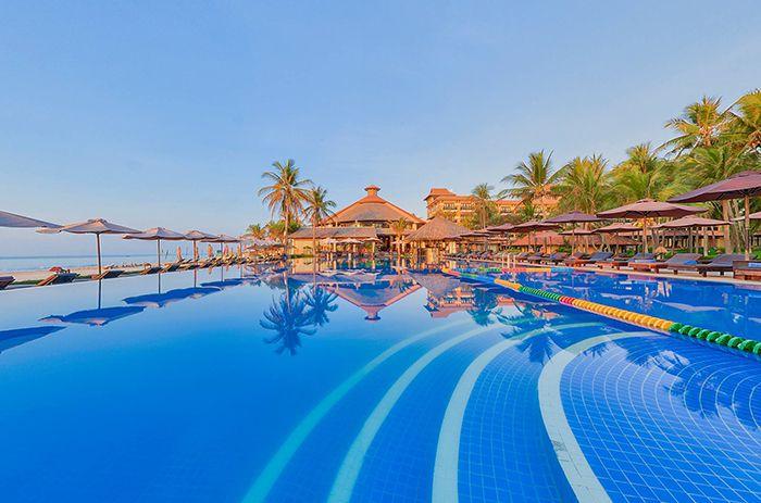 Hồ bơi của khu resort