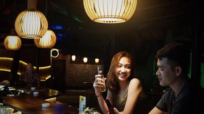 thưởng thức thức uống tại Chameleon