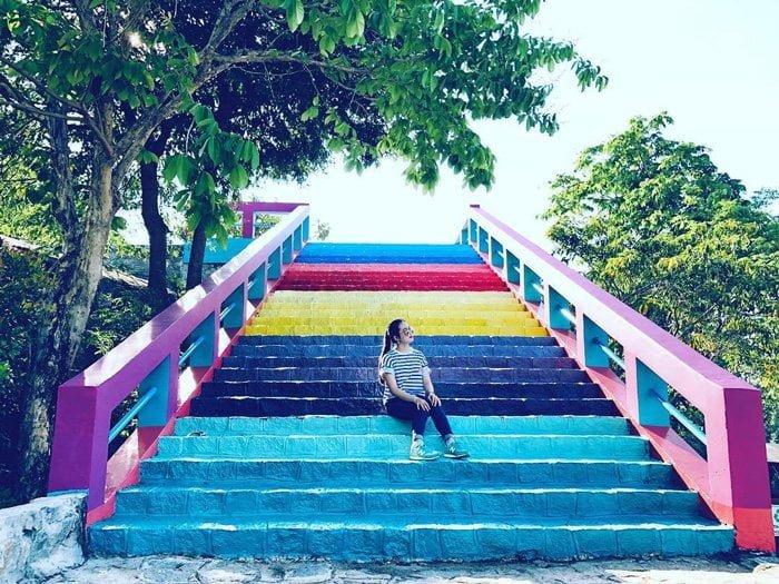 cầu thang bảy sắc