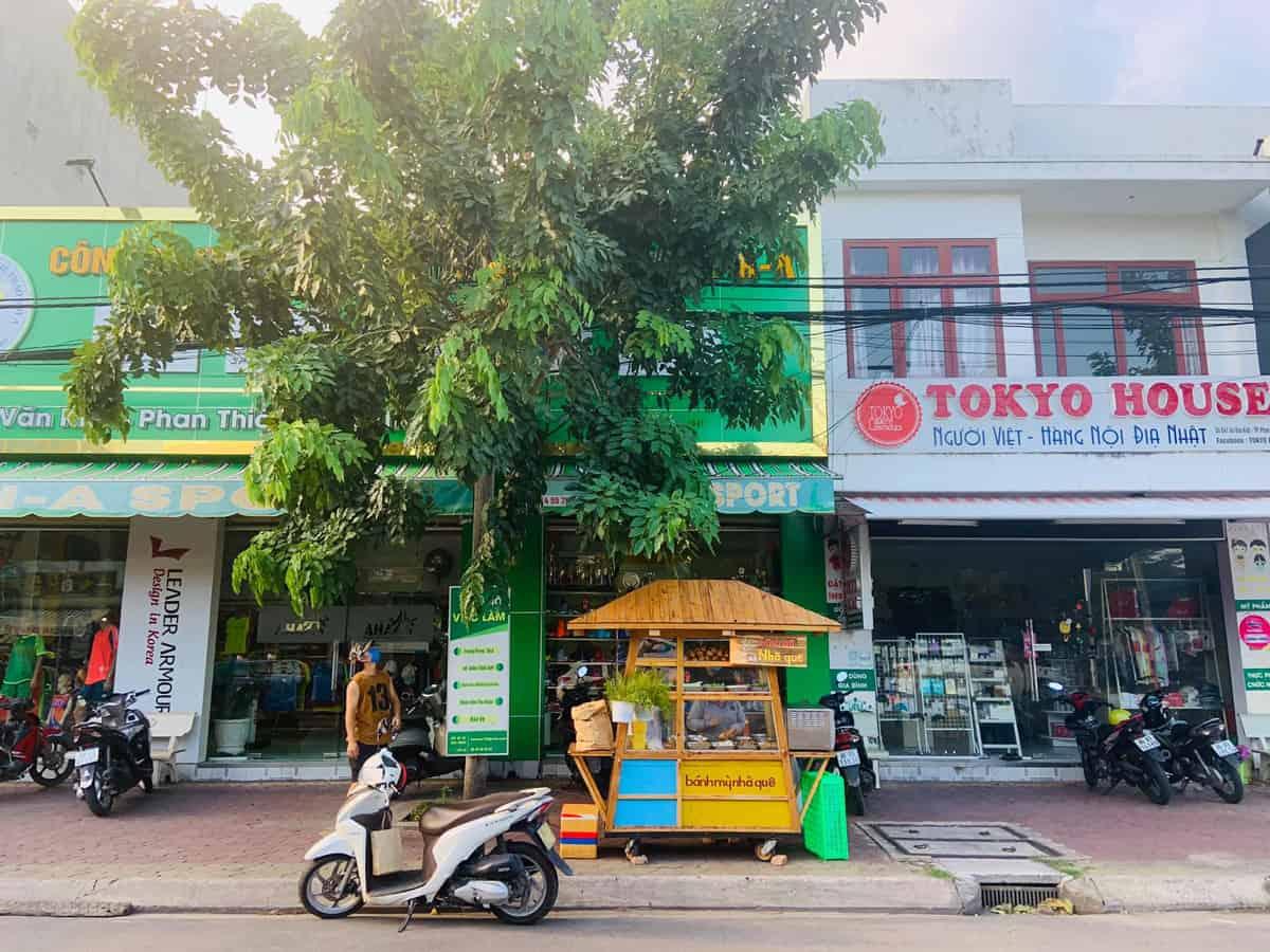 Tiệm bánh mì giữa phố