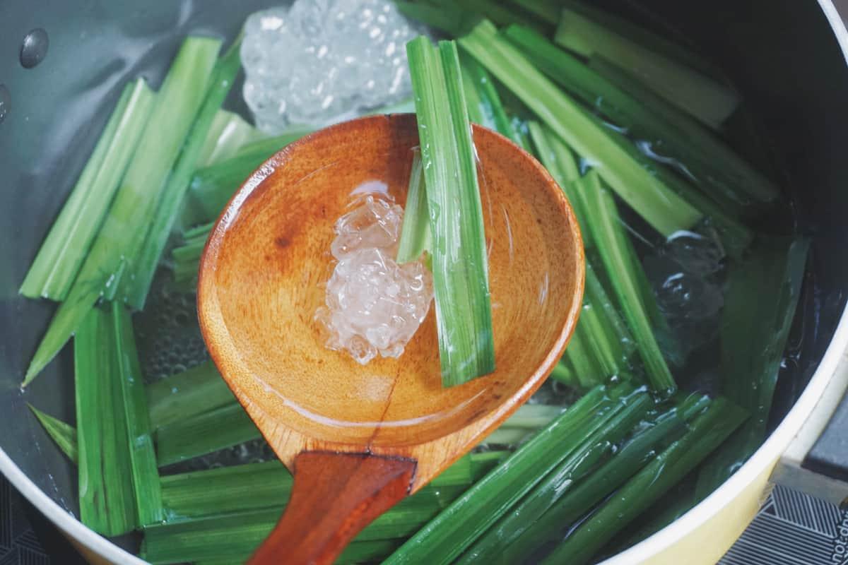 nấu mủ trôm với lá dứa