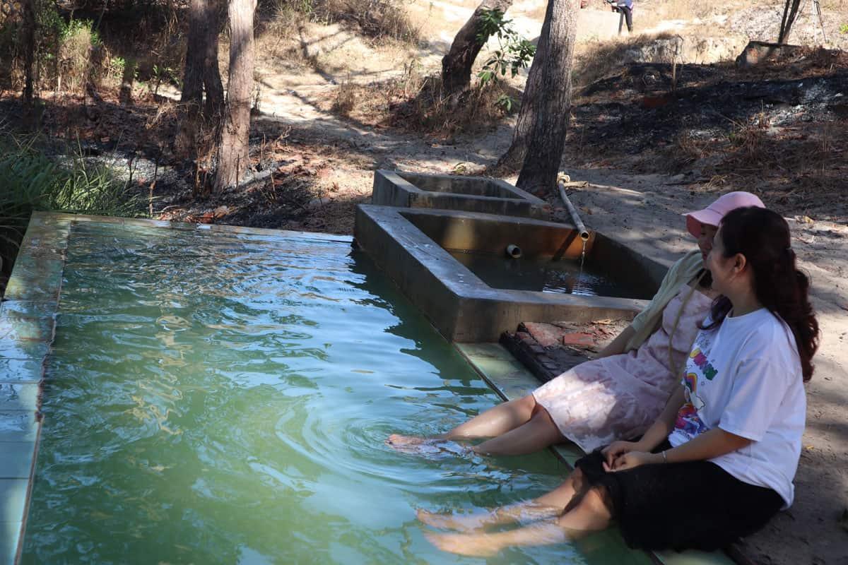 Ngâm chân trong bể nước dẫn từ giếng khoang suối nước nóng