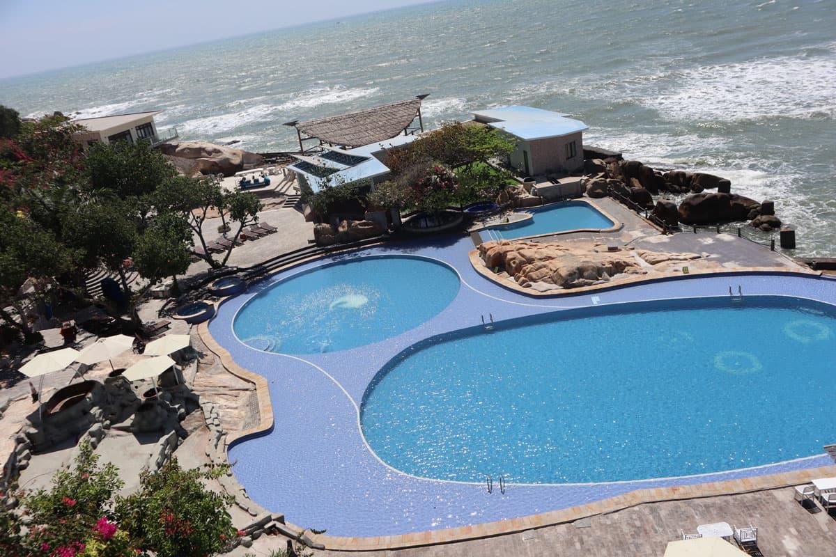 Hồ bơi vô cực tuyệt đẹp tại Water Bay Resort