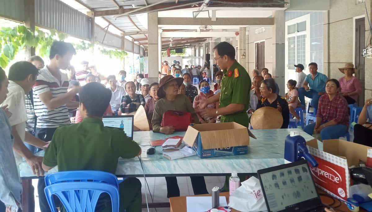 Người dân huyện Tuy Phong làm thủ tục cấp thẻ CCCD gắn chip