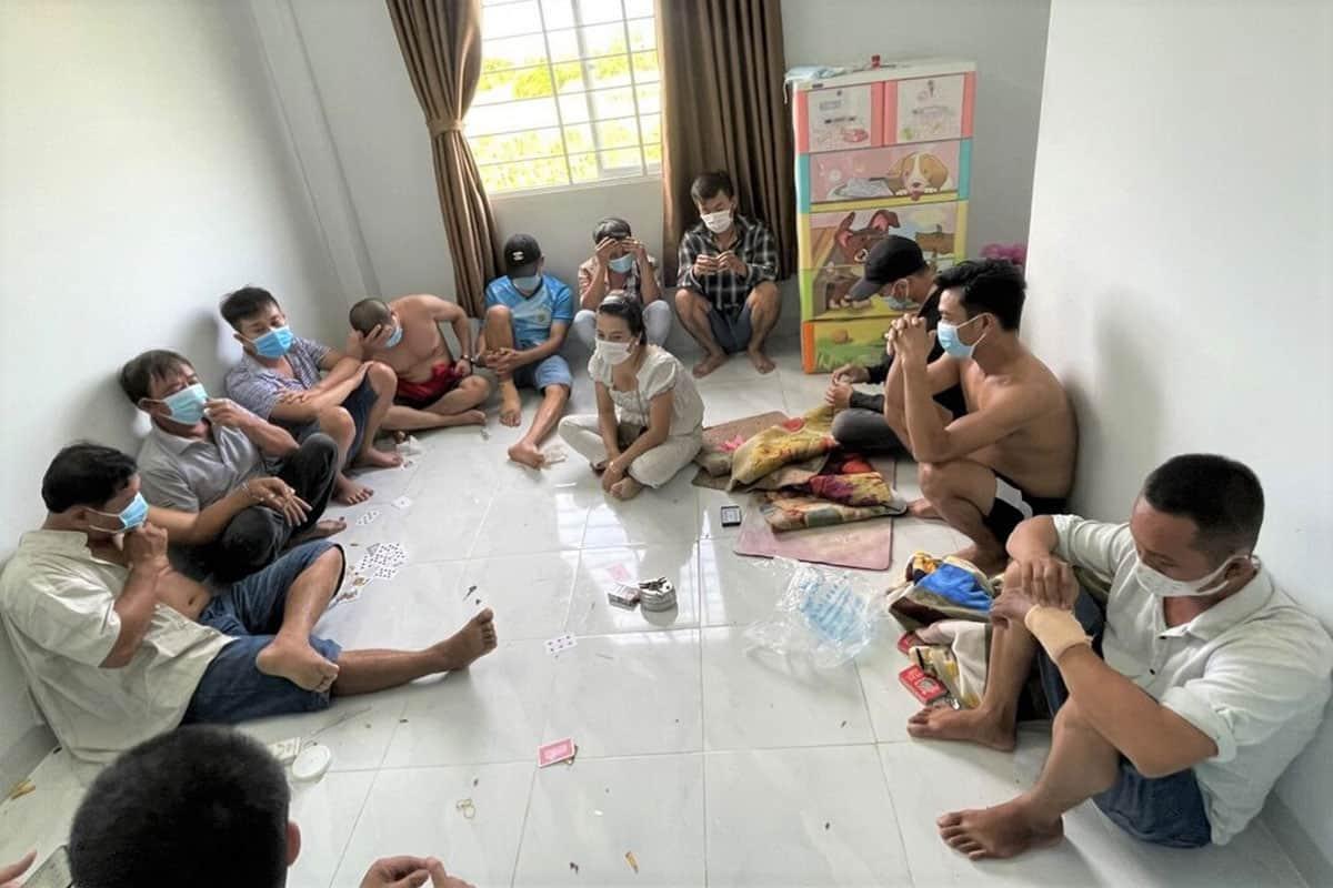 12 người sát phạt dưới tầng trệt. Ảnh: Tư Huynh/VnExpress