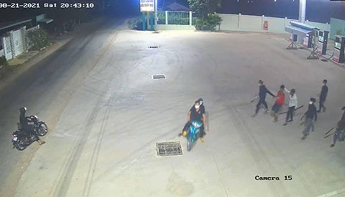 Ngăn chặn 10 thanh niên cầm hung khí xử 01 thanh niên - Ảnh: Nguyễn Luân/Báo Bình Thuận