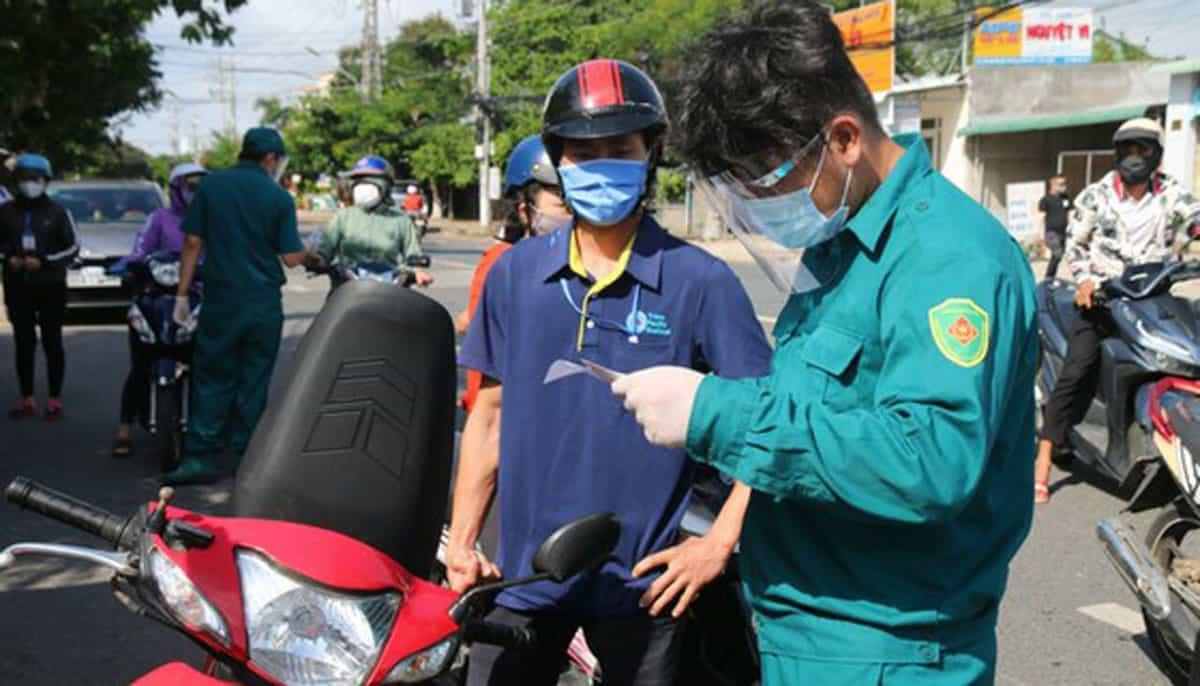 Lực lượng chức năng kiểm tra giấy tờ những người được phép ra đường - Ảnh Nguyễn Tiến/Sài Gòn Giải Phóng