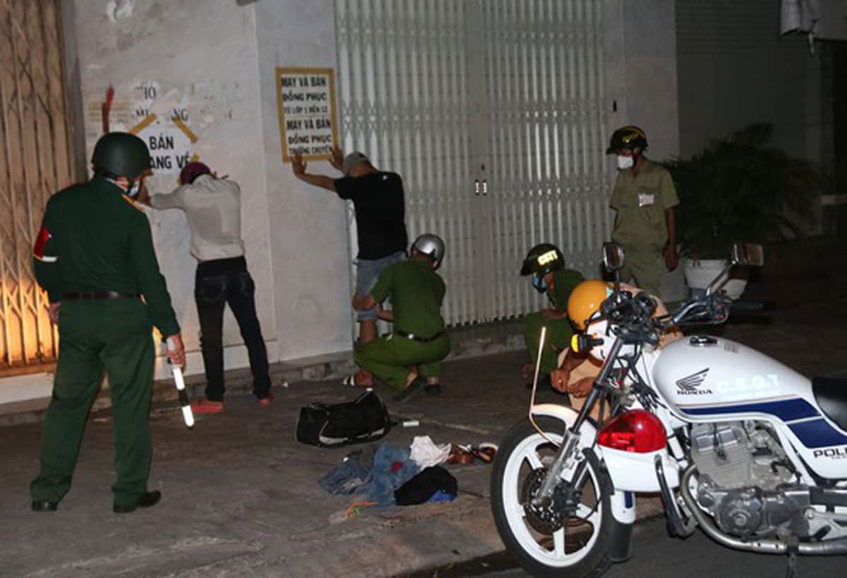 Kiểm tra và yêu cầu 2 đối tượng khả nghi về trụ sở công an để làm rõ - Ảnh: Nguyễn Tiến/Sài Gòn Giải Phóng