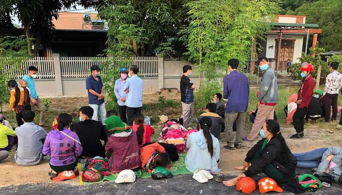 Hỗ trợ đưa nhóm người dân tộc H'Mông đi xe máy từ Bình Thuận về quê Nghệ An  - Ảnh: CTV/Báo Thành Niên