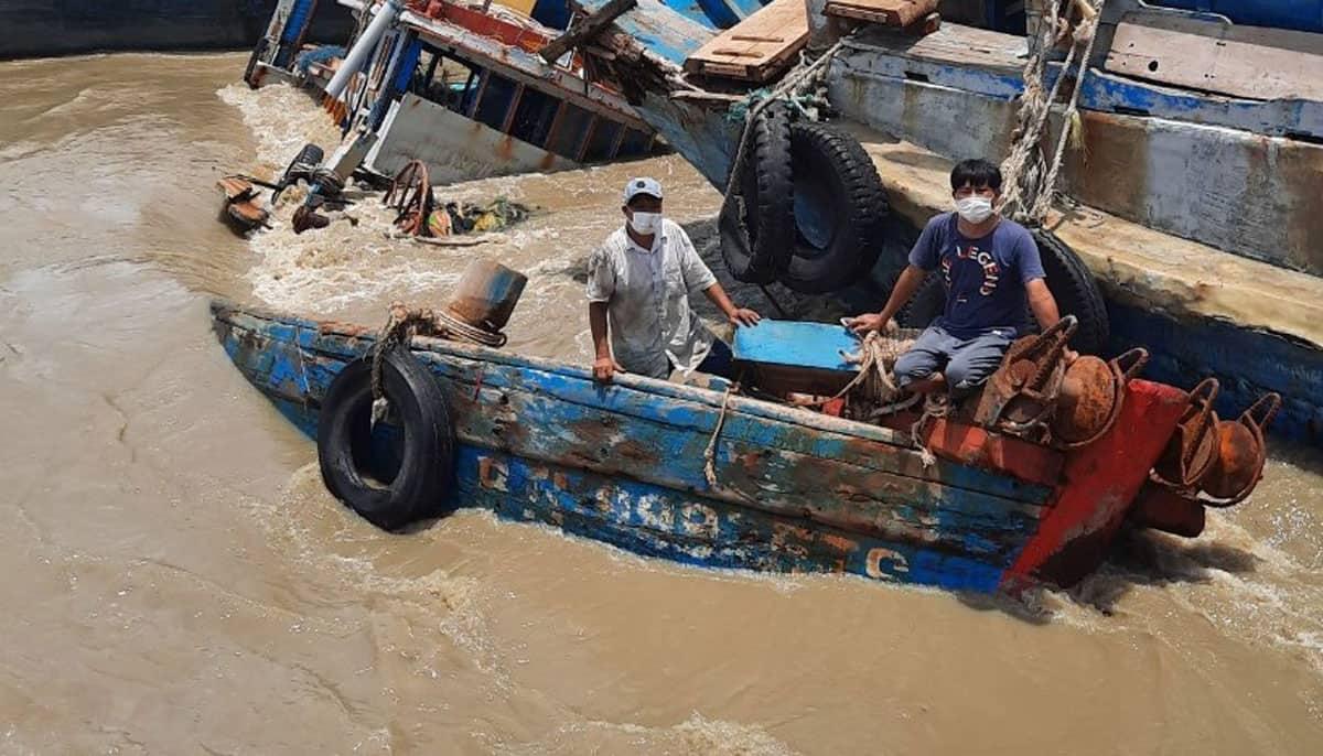 Một trong số hàng chục tàu cá bị chìm giữa sông Dinh (thị xã La Gi) đêm 28/8, đến sáng nay chưa thể trục vớt. Ảnh: Nguyễn Cường/VnExpress